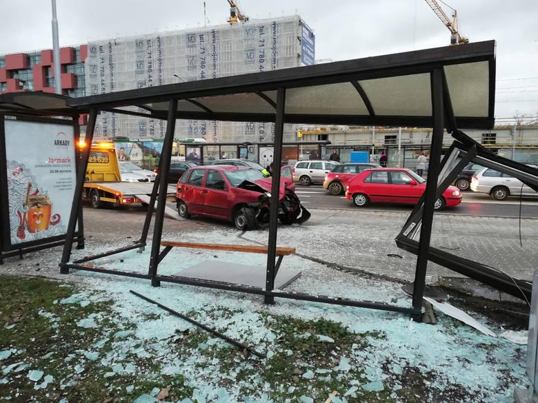 Samochód staranował przystanek przy Magnolii [ZDJĘCIA]