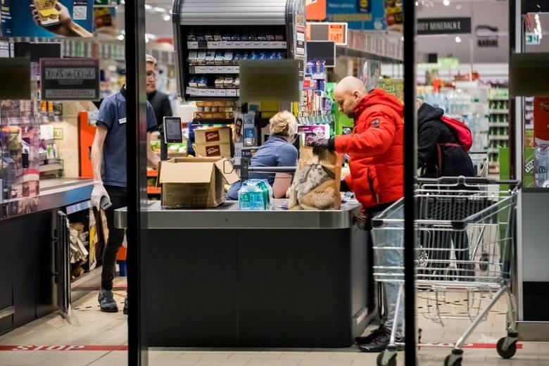 Dni tuż przed Wielkanocą to tradycyjnie okres wzmożonej liczby osób w sklepach i marketach. Jednak w związku z epidemią koronawirusa trzeba było nałożyć