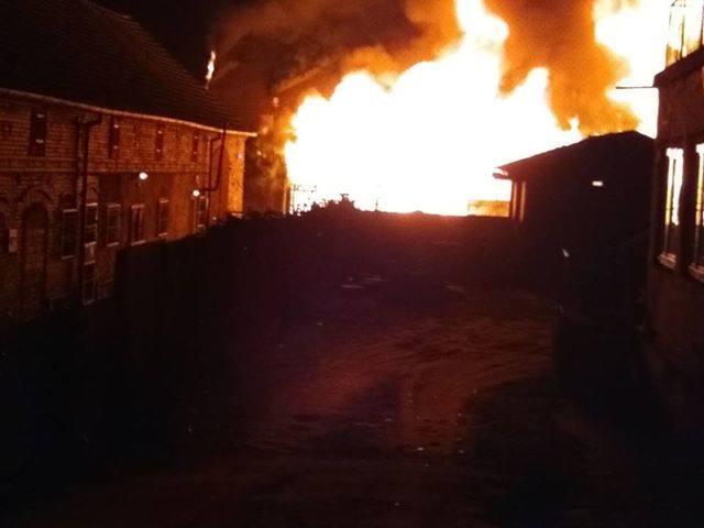W nocy z 25 na 26 lutego w przy ul. Krośnieńskiej w Cybince spłonął skład budowlany. Informację o zdarzeniu otrzymaliśmy od Czytelnika, który przesłał