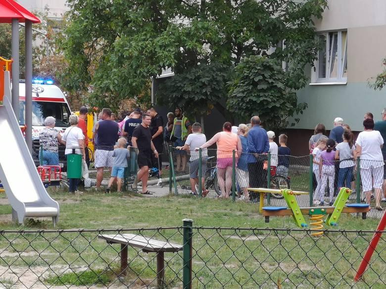 Latarnia przewróciła się na dwóch chłopców. Wypadek na Granicznej w Tomaszowie Mazowieckim [ZDJĘCIA]