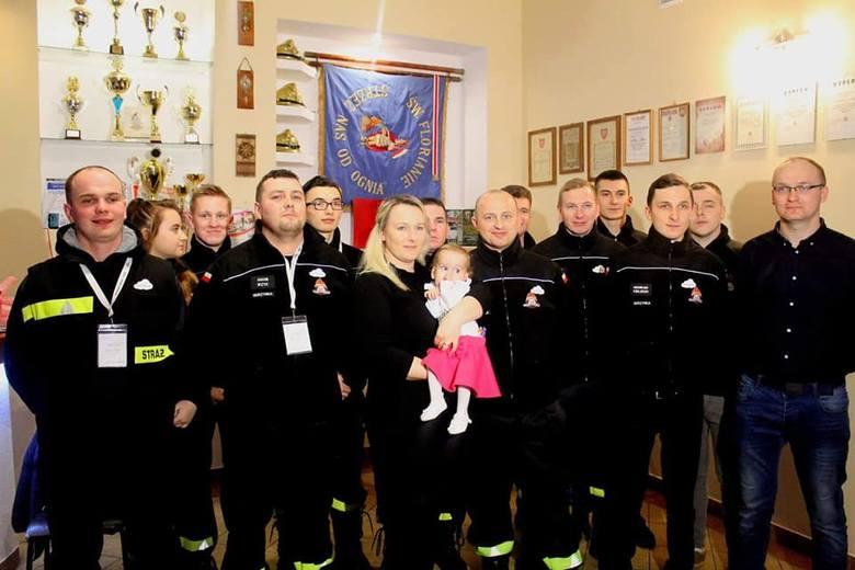 """Strażacy z OSP Skrzynka zorganizowali akcję """"Złom"""" żeby pomóc Marysi. Wcześniej w strażnicy w Skrzynce współorganizowali pierwsze urodziny"""