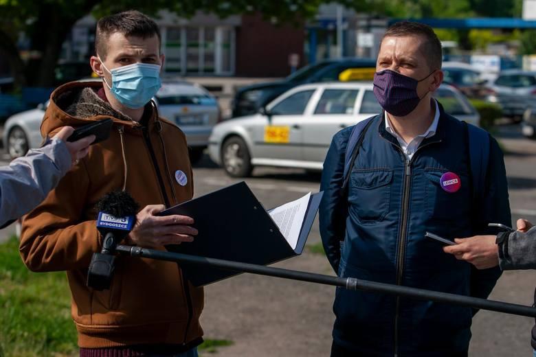 Rafał Wąsowicz i Michał Wysocki z Lewicy Bydgoszcz przedstawili założenia swojej partii, która chciałaby pełnej współpracy przewoźników kolejowych i
