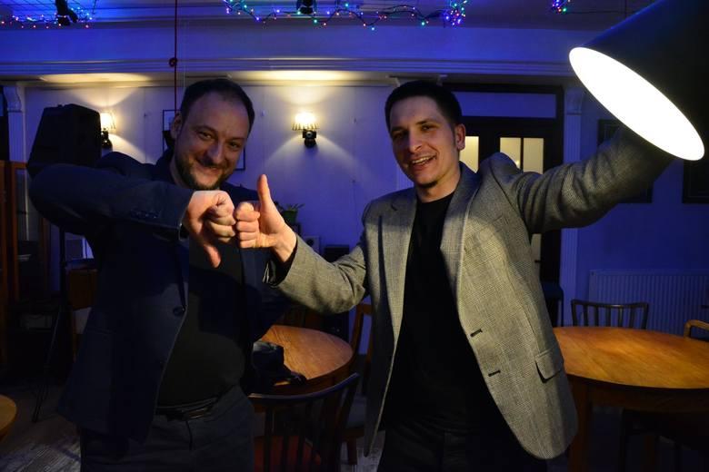 Mateusz Łapiński i Jarosław Jaworski - założyciele Klubu Zasadniczo-Dyskusyjnego w Toruniu - trzymają dłonie w kształt logo Klubu