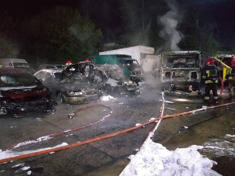 Bardzo duży pożar miał miejsce w nocy ze środy na czwartek przy ul. Gwiaździstej w Gorzowie Wlkp. Na parkingu pomocy drogowej pojawił się ogień. Płomienie