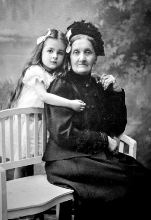 Jadwiga z babcią, także Jadwigą Paschalis-Jakubowicz.