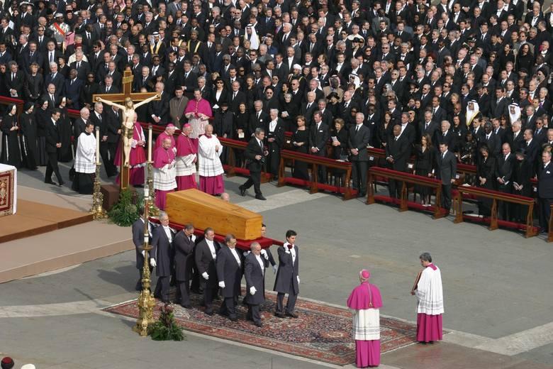 POGRZEB JANA PAWŁA II data: 8 kwietnia 2005 koszt: 8 mln dolarów Pogrzeb Jana Pawła II był z pewnością jedną z największych uroczystości żałobnych współczesnego