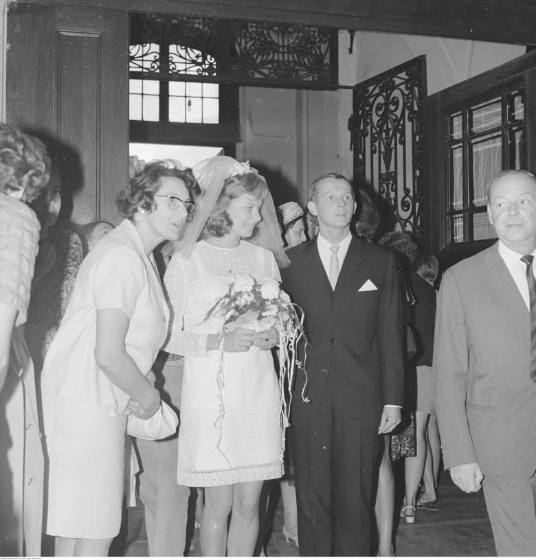 1967Lata 60. to czas, kiedy pojawiają się... ślubne sukienki mini! Spódnice do połowy uda i prosta góra bez podkreślonej talii to cechy charakterystyczne