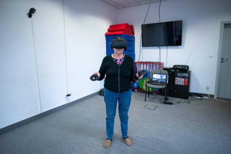 Dzięki wirtualnej rzeczywistości podopieczni Wielkopolskiego Stowarzyszenia Alzheimerowskiego w jednej chwili mogą znaleźć się w innej przestrzeni, nie