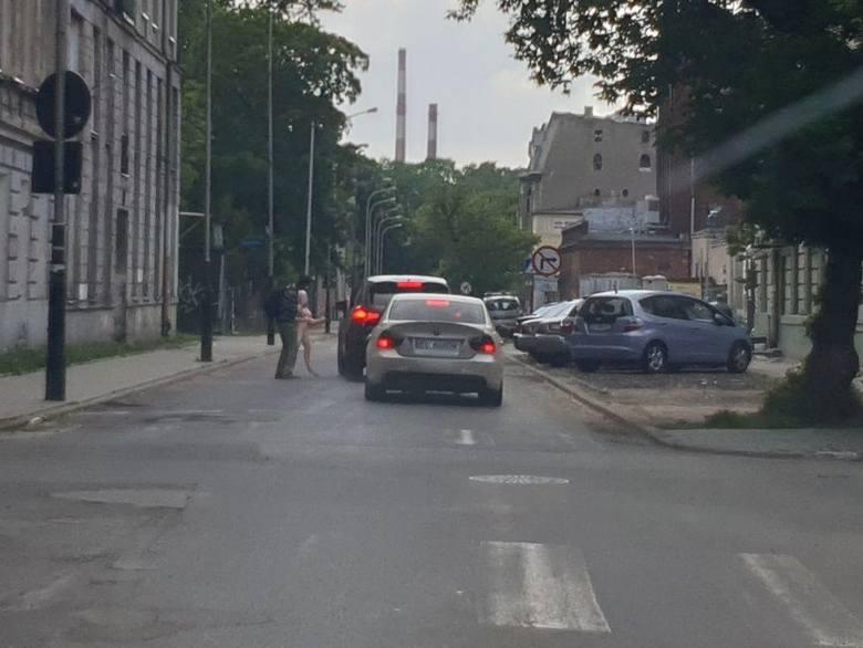 W rejonie ulic Senatorskiej, Grabowej i Słowiańskiej paradował lekko podchmielony mężczyzna z... dmuchaną lalą. Zatrzymywał samochody i oferował kierowcom