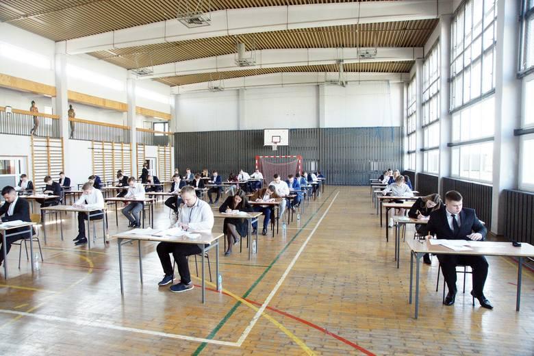 Maturzyści Zespołu Szkół Rolniczych w Cudzynowicach dwa pierwsze dni egzaminów mają już za sobą. Po języku polskim i matematyce w środę pora na język