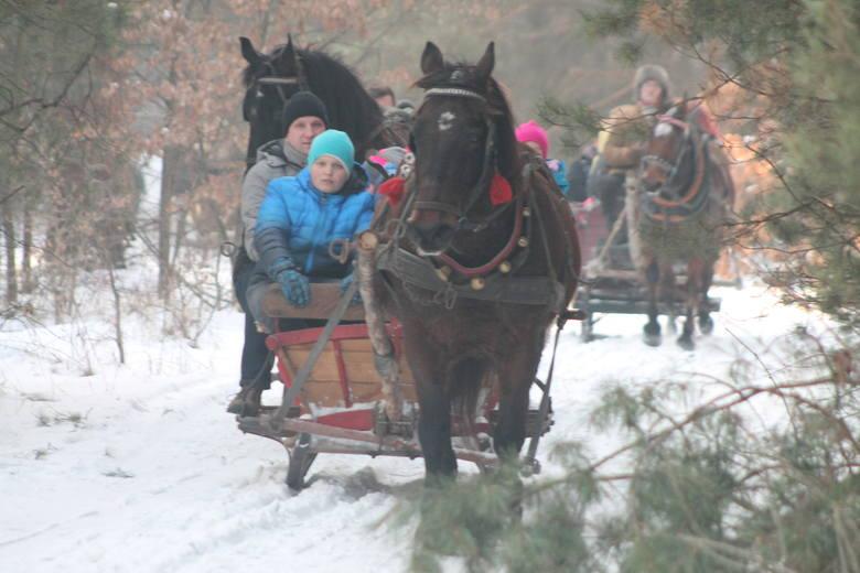 Mieszkańcy Zawiercia-Bzowa zakończyli ferie zimowe w wyjątkowy sposób. Mogli wziąć udział w bezpłatnym kuligu zorganizowanym przez OSP Bzów i Pawła Kaziroda,