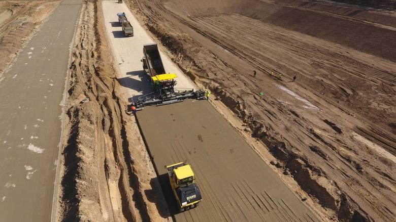 Trwa układanie betonowej nawierzchni na odcinkach północno-zachodniej obwodnicy Bydgoszczy, która będzie częścią trasy ekspresowej S5. W ostatnich dniach