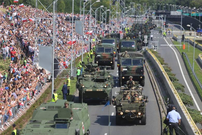 Defiladę uświetnił przejazd 185 maszyn wojskowych w tym czołgów, transporterów wojskowych i artylerii. W defiladzie udział wzięło niemal 2600 żołnierzy