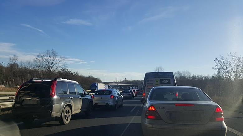 Wypadek na autostradzie A4 w Katowicach spowodował ogromne utrudnienia i korki.