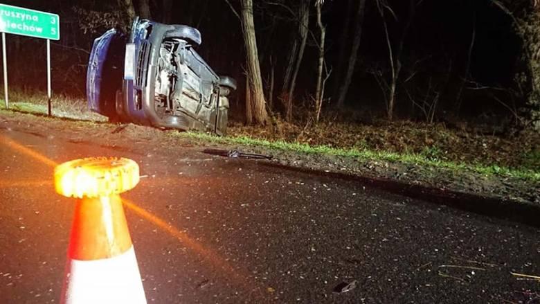 Do wypadku doszło w piątek, 7 listopada, na trasie w okolicach zjazdu na Głuchów. Na miejscu są służby ratunkowe. Kierujący mazdą zajechał drogę kierowcy