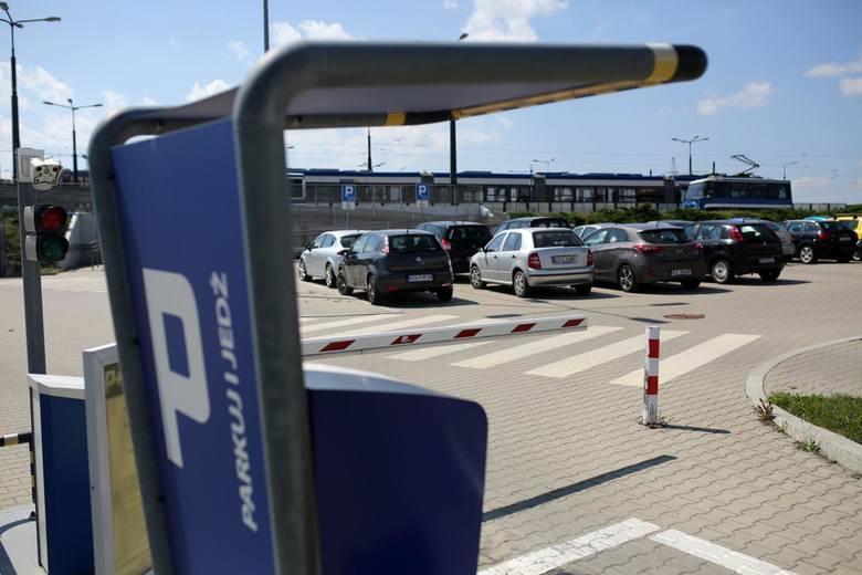 Kraków. Miasto rozszerza strefę, planuje drastyczne podwyżki, a nowych parkingów nie widać