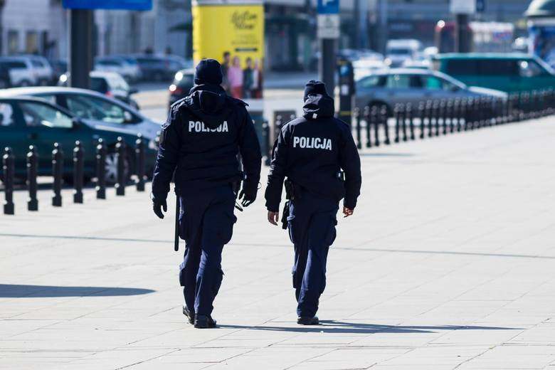 47-letni mężczyzna w jednym z banków w centrum Łodzi twierdził, że uciekł z kwarantanny domowej po powrocie z zagranicy.Na miejsce została wezwana policja,
