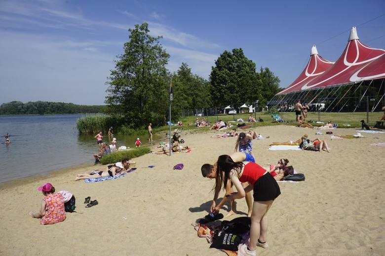Największa plaża w Poznaniu położona jest nad Jeziorem Strzeszyńskim. Znajdziemy tam odnowione molo i pomost. Plaża oferuje również mnóstwo rozrywki