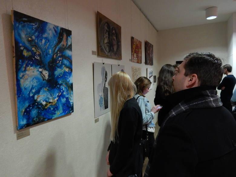 """Projekt """"POZA RAMĄ"""" to dwie międzynarodowe wystawy, w których biorą udział studenci Wydziału Sztuki Uniwersytetu Opolskiego i Katedry Desingu Narodowego"""