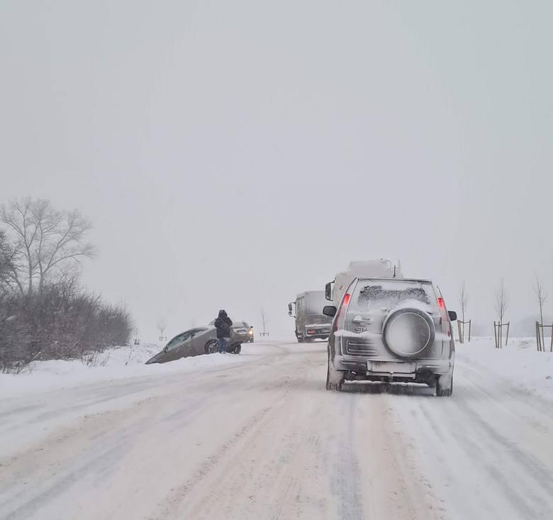 Na drodze numer 395 między miejscowościami Szczawin i Górzec samochód osobowy wpadł do rowu.