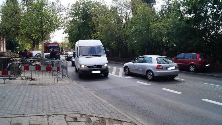 Zderzyły się tam ze sobą dwa samochody osobowe. Kierowca seicento włączając się do ruchu nie ustąpił pierwszeństwa kierowcy audi A3.