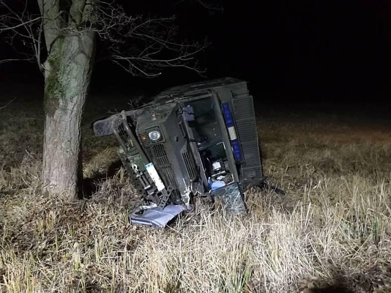 Śmiertelny wypadek na DW175, między Suliszewem a Drawnem. Zderzenie volkswagena z wojskową karetką, jedna osoba nie żyje