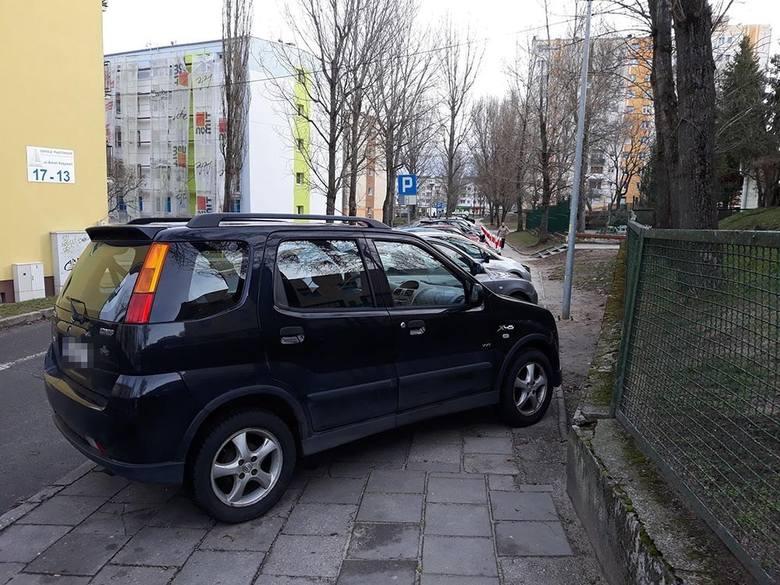 Mistrzowie parkowania zastawili cały chodnik przy ul. Witebskiej nie ma miejsca dla pieszych, którzy muszą iść ulicą.  Zdjęcia zostały zrobione w poniedziałek