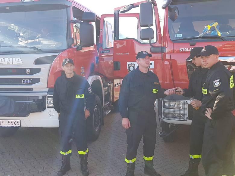 Strażacy wrócili ze Szwecji. W Świnoujściu powitał ich premier Polski Mateusz Morawiecki. Wczesnym rankiem do portu w Świnoujściu przybił prom z polskimi strażakami, którzy przez dwa tygodnie walczyli z pożarami trawiącymi lasy w środkowej Szwecji.<br />