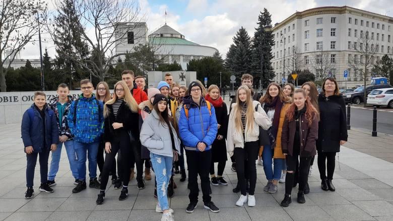 Uczniowie ZSP nr 4 w Łowiczu zwiedzali Parlament RP i siedzibę TVP [ZDJĘCIA]