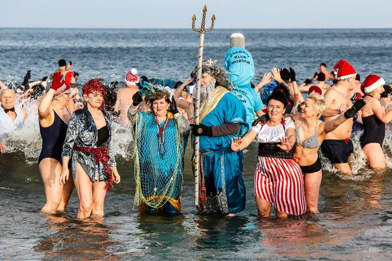 Morsy na plaży w Jelitkowie.  Kąpiel noworoczna 1 stycznia 2020