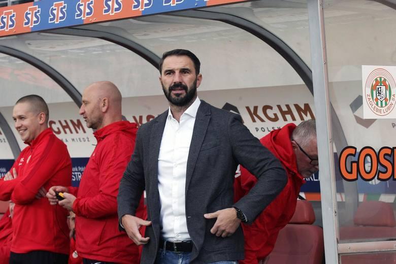 Powód zmiany: słabe wyniki za kadencji Holendra. W tzw. międzyczasie (1 września - 15 września) funkcję tymczasowego trenera pełnił Paweł Karmelita.