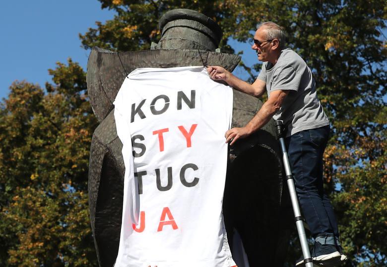 KOD ubrał pomnik Marynarza w koszulkę z napisem KonsTytucJa [ZDJĘCIA, WIDEO]