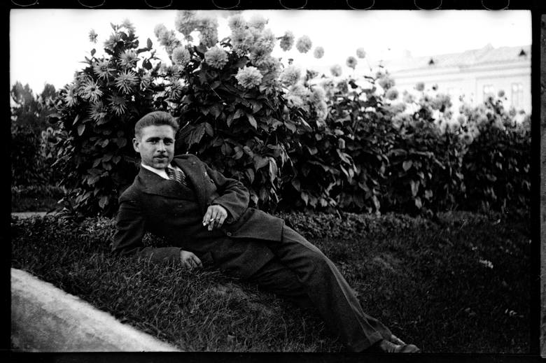 Bolesław Augustis w Białymstoku żył tylko osiem lat. Zdjęcie zrobiono na Plantach  naprzeciwko obecnego urzędu wojewódzkiego. Lubił tu przychodzić i fotografować spacerujących białostoczan.