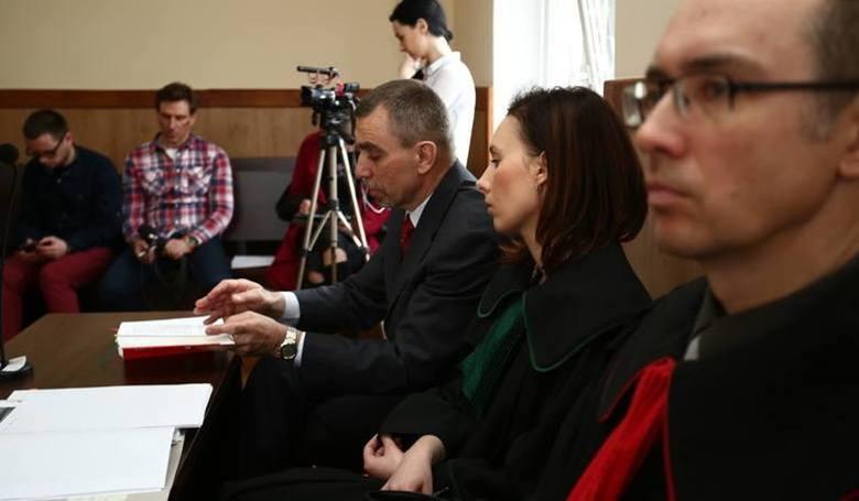 Oskarżenie żąda również, by sąd zobowiązał Andrzeja O. i Czesława M. do zapłaty po 250 tysięcy złotych odszkodowania Aleksandrowi Jackowi i jego żon