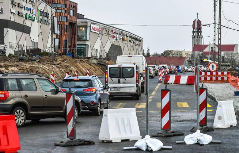 Od soboty (14 grudnia) obowiązuje nowa organizacja ruchu wokół ronda Kujawskiego. Pojazdy poruszają się pierwszymi nowymi jezdniami Kujawskiej i Wojska Polskiego wybudowanymi od strony galerii Zielone Arkady. Zamknięto jezdnie prowadzące dotychczas do ronda od strony północno-zachodniej