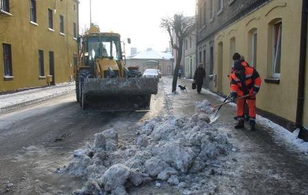 A jednak można! W Kruszwicy wywożą śnieg z miasta