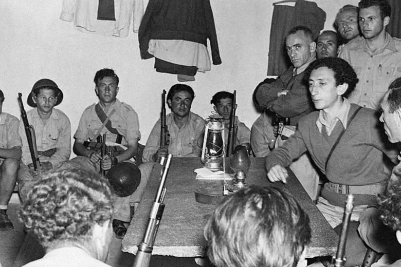 """Oddział """"Mścicieli"""" w Wilnie: Jakow Prenner (stoi drugi od lewej), Aba Kowner (w środku), Witka Kampner (stoi pierwsza z prawej)"""