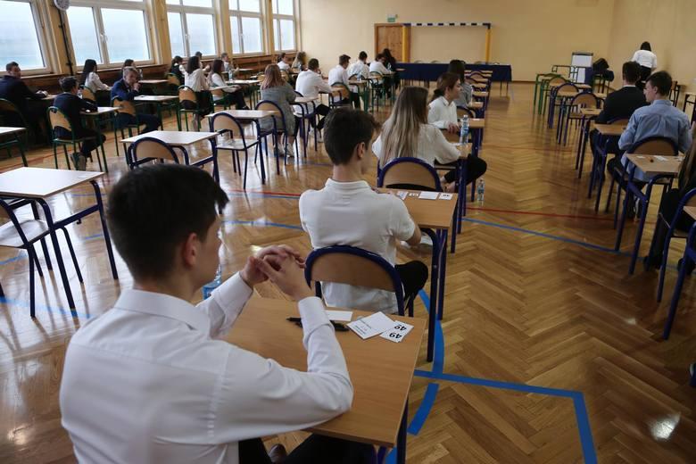Egzamin ósmoklasisty to pierwszy ważny test, sprawdzający wiedzę uczniów z najważniejszych przedmiotów od rozpoczęcia nauki w szkole