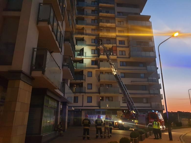 W mieszkaniu na szóstym piętrze wieżowca na Widzewie ukryła się 27-letnia kobieta, która w środku nocy z czwartku na piątek swoim samochodem potrąciła