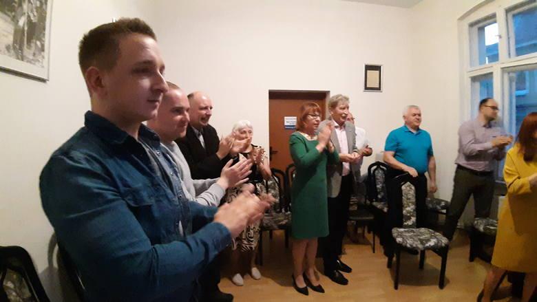 Radość w opolskim sztabie wyborczym PiS po ogłoszeniu sondażowych wyników
