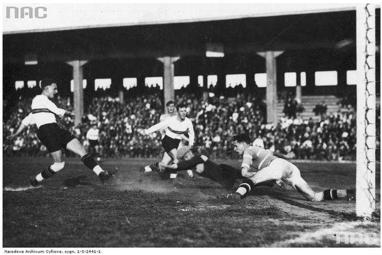 Mecz piłki nożnej Legia Poznań - Dąb Katowice - 1935 rok