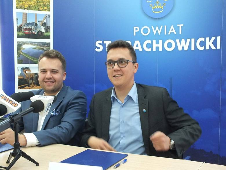 Marek Materek, prezydent Starachowic (z lewej) zagłosuje na Adama Jarubasa