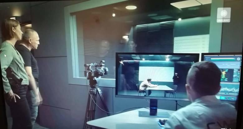 """W produkcji """"Ślad"""" Adam Nowak zagrał rolę laboranta i policjanta. Miał tam okazję po raz pierwszy zagrać z gwiazdami szklanego ekranu. Sam  przed kamerą czuje się jak ryba w wodzie."""