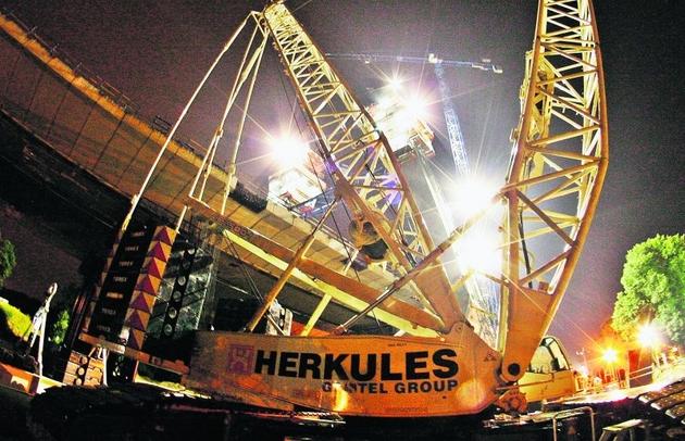 Pod nosem Herkulesa powstają nocami 4-tonowe klocki, które rankiem dźwig wynosi na most