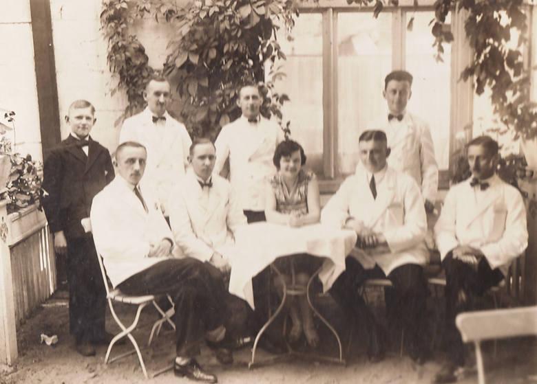 O to, żeby było miło i smacznie, dbał personel Esplanady - kawiarni zlokalizowanej przy ul. Chełmińskiej 12 (zdjęcie zrobione na początku lat 30.)