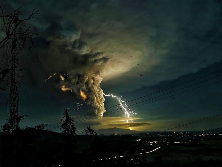 Filipiny: Wybuch wulkanu [ZDJĘCIA] Erupcja Taal: Strach, zawieszenie lotów i nakazy ewakuacji [MAPA] [WIDEO]