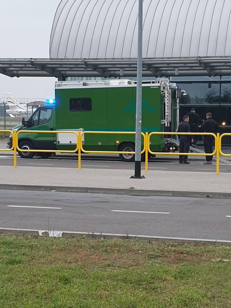Ewakuacja Lotniska Modlin. Ktoś pozostawił torbę na lotnisku. Na miejscu saperzy i straż pożarna