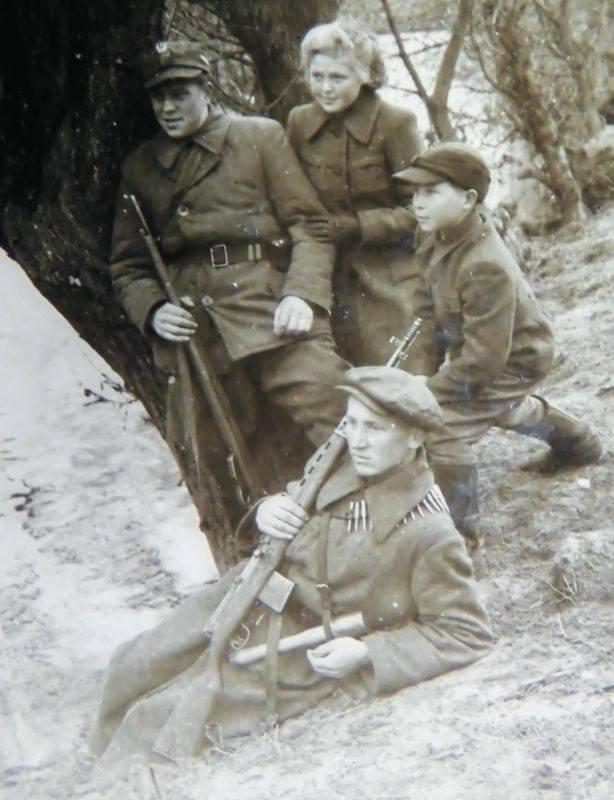 Członkowie samoobrony w Rakowie. Wszyscy walczyli w powstaniu warszawskim.