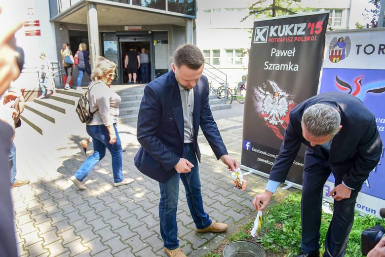 Symboliczne spalenie kopii zaznania podatkowego przed I Urzędem Skarbowym w Toruniu