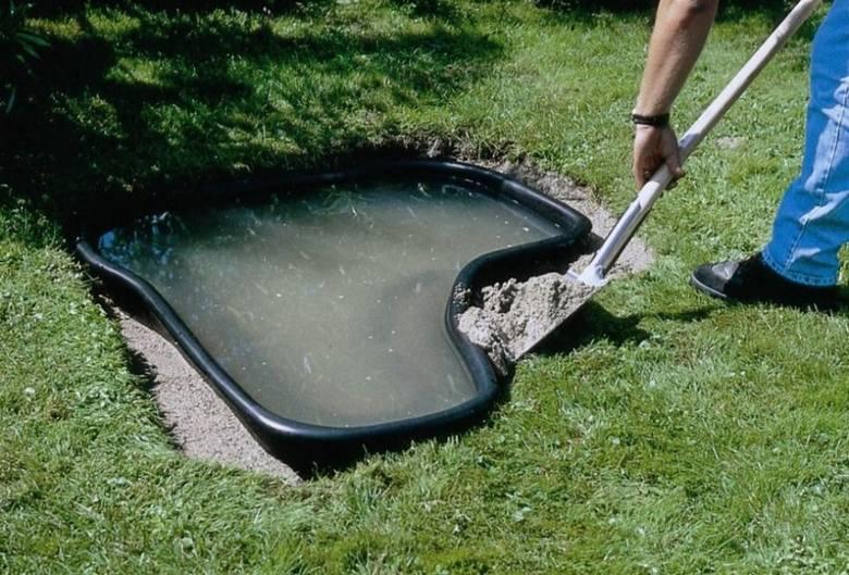 Zaprawa ułożona wokół formy oczka wodnego zapewni jej stabilizację.
